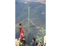 Şehitler Tepesi'ndeki eskimiş Türk bayrağını yenisi ile değiştiler