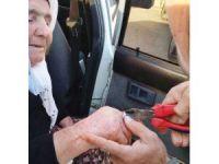 Yaşlı kadının parmağına sıkışan yüzüğü itfaiye çıkardı