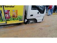 Araçlar, yağış sonrası çöken yollarda mahsur kaldı