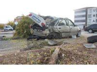16'lık sürücü refüje çarptı: 4 yaralı