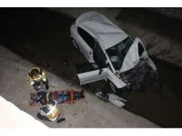 Otomobil kanala uçtu, vatandaşlar yaralıların çıkarılmasını seyretti: 2 yaralı