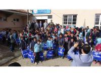 Küçük'ten 7 bin 500 öğrenciye kışlık elbise yardımı