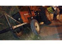 Karşıdan gelen kamyona yol vermek isteyen traktör şarampole düştü