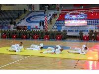 Boksör ve karateci koruculardan gövde gösterisi