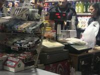 Markete giren silahlı hırsızlar güvenlik kamerasına takıldı