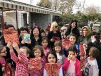 AK Partili kadınlar çocuklara kitap dağıttı