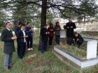Hisarcık'ta öğrenciler öğretmenlerin mezarlarını ziyaret etti