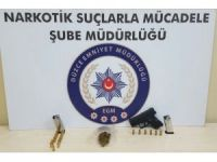 Silah ve uyuşturucu otomobilin motor kısmından çıktı