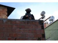 Adana'da polis tarafından aranan şahıs 1 kişiyi rehin aldı