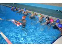 Kırsal mahallelerdeki çocuklar yüzme öğreniyor