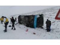 Karlı yolda kayan özel halk otobüsü yan yattı: 18 yaralı