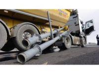 Damperi açılan kamyon MOBESE direğini yıktı