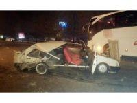 Kontrolden çıkan otomobil, otobüse çarptı: 2 yaralı