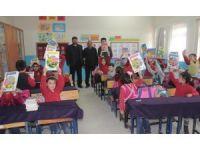 Muhtar'dan öğrencilere kitap