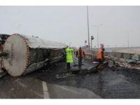 Tanker devrildi, yola akan 15 ton asfalt dondu
