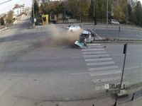 Şoför araçtan 20 metre fırladı