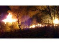 Sinop'ta 2 katlı ev, samanlık ve ahır yandı