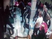 Kahvehaneye saldıran maskeli saldırganlara sandalyeli direniş