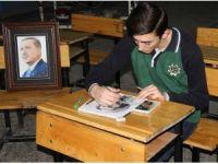 Çizdiği portresini hediye etmek için Cumhurbaşkanını bekliyor