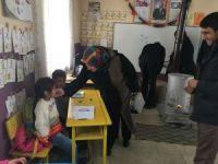Valinin eşinden köy çocuklarına hediye