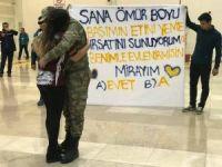 Teskere dönüşü havalimanında evlenme teklif etti