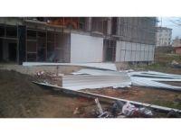 Akçakoca'da fırtına spor salonu çatı malzemelerini uçurdu