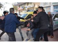 Trafik kazası bıçaklı kavgaya dönüştü