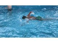 Salihli'de engeller yüzerek aşılıyor
