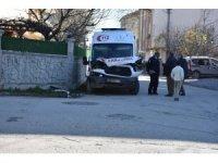 Hasta almaya giden ambulans kamyonetle çarpıştı