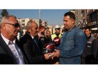 Mut'ta motosiklet sürücülerine kask dağıtıldı