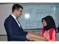 Sumbas'ta öğrencilere ayakkabı yardımı
