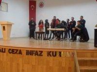 Üniversite öğrencileri kadın mahkûmlara moral konseri düzenledi