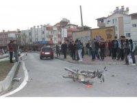 Otomobile çarpan motosiklet sürücüsü ağır yaralandı