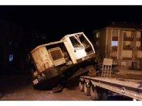 Çekiciden düşen vinç Amasra yolunu trafiğe kapattı