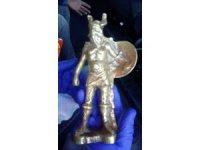 Yolcunun el bagajından tarihi Viking heykeli çıktı