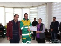 Bağlar Belediyesinde temizlik işçisine ödül verildi