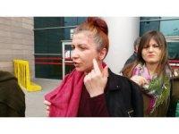 Eski sevgilisinin yüzüne yakıcı madde attığı kadının davası başladı