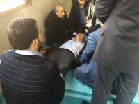 Doktor olan Bakan Fakıbaba camide fenalaşan vatandaşa müdahale etti