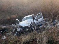 Kamyon ile otomobil kafa kafaya çarpıştı: 3 yaralı