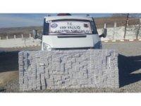 Jandarmadan kaçan minibüste 5 bin paket kaçak sigara çıktı