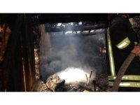Demirci'de 3 ev kül oldu