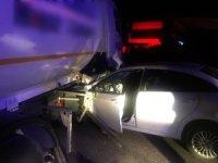 Otomobil LPG yüklü tankerin altına girdi: 4 yaralı