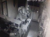 Kepengi söktüler, dükkan camını kırarak içeri girdiler