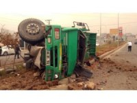Freni patlayan kamyon refüje çarpıp devrildi: 1 yaralı