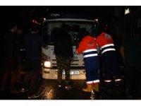 Şişli'de şiddetli yağmurla oluşan çukura 2 araç düştü