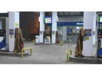 Ağrı'da akaryakıt istasyonunda soğuk havaya battaniyeli çözüm