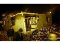 Selendi'de çıkan yangında iki ev kül oldu