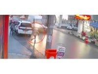 Aniden yola fırlayan çocuğa minibüs böyle çarptı