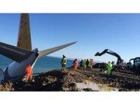 Trabzon'da pistten çıkan yolcu uçağının bulunduğu yerden çıkarılması için çalışmalar sürüyor