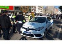 Motosiklet polis aracına yandan çarptı: 1 yaralı